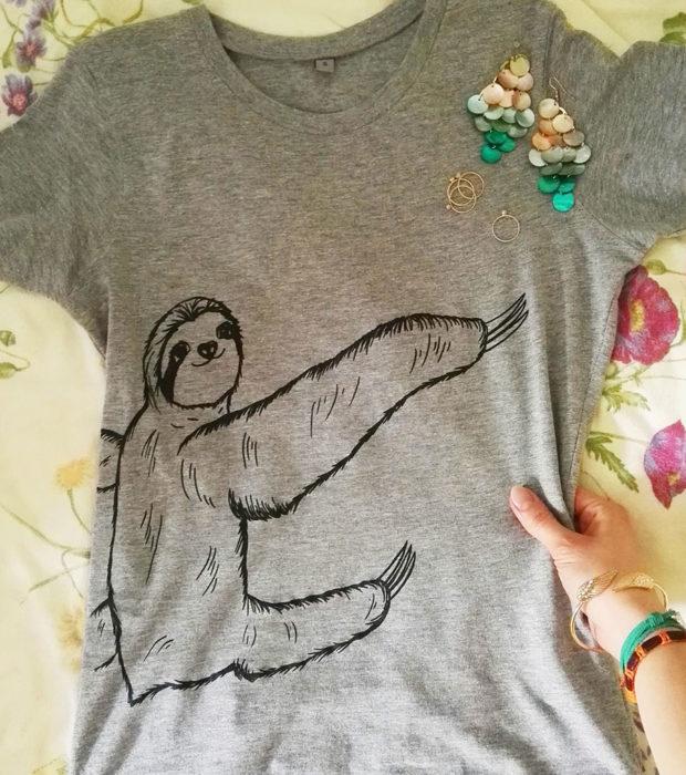 faultier-shirt-grau-sibbel-schwarzer-druck-lovelysloth