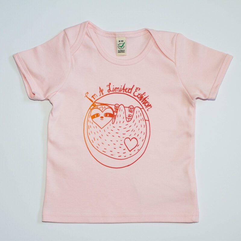 Babyshirt rosa bunter siebdruck faultiermotiv lovelysloth