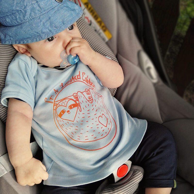 babyshirt blau aus biobaumwolle mit buntem siebdruck faultier