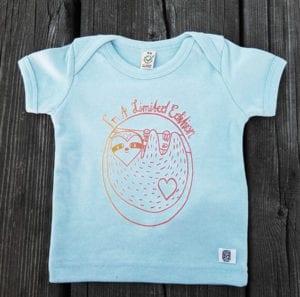 babyshirt blau aus biobaumwolle mit faultiermotiv siebdruck in bunt