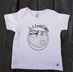 Babyshirt Biobaumwolle Rosa mit Faultiermotiv lovelysloth