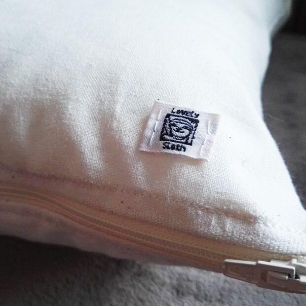 Sloth pillow faultier kissen Label und Reißverschluss