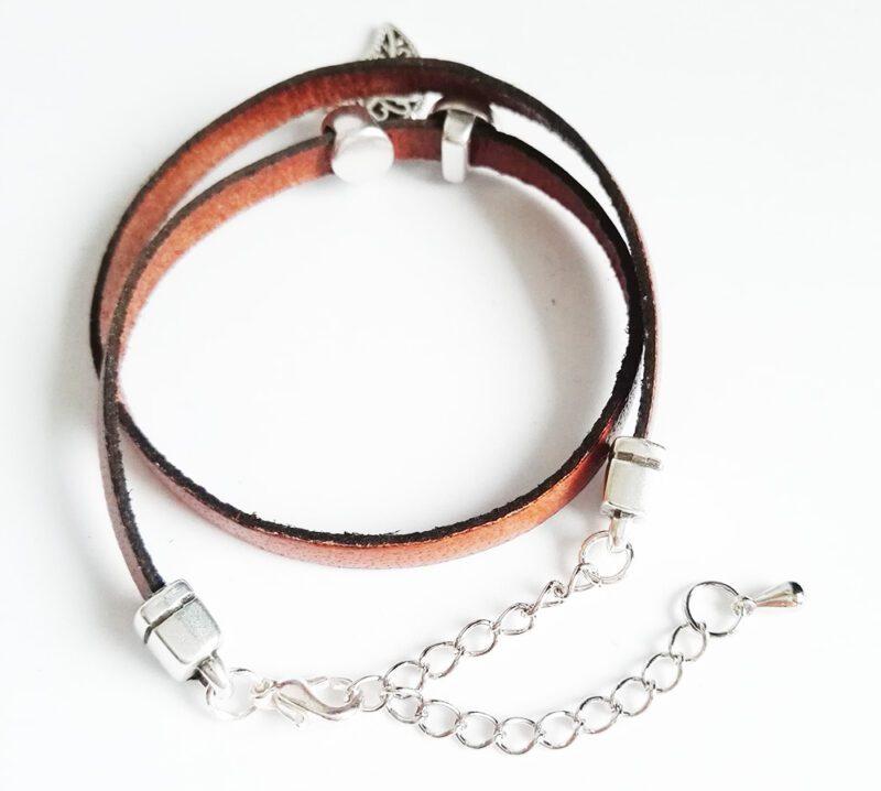 Faultier Armband Ziegenleder braun mit Blattanhänger und Faultier Verschluss