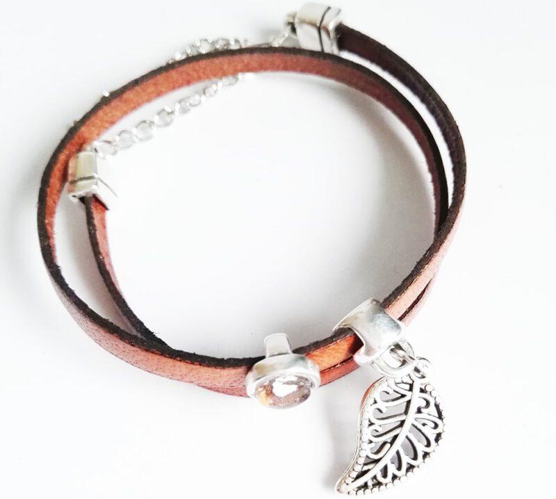Faultier Armband Ziegenleder braun mit Blattanhänger und Faultier von oben