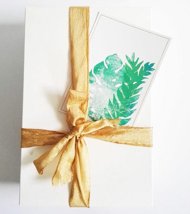 handbedruckte-postkarte-dschungel-nahaufnahme-lovelysloth