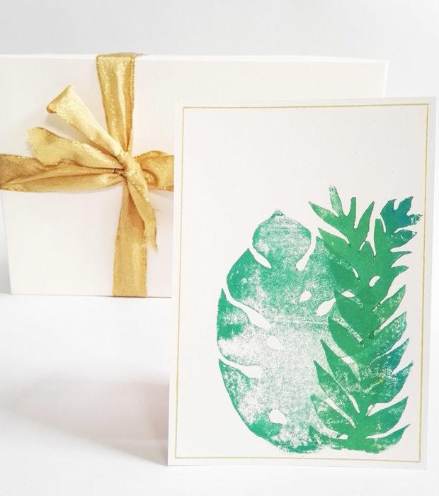 handbedruckte-postkarte-dschungel-nahaufnahme-lovelysloth-startbild
