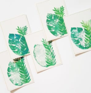 handbedruckte-postkarte-mit-briefumschlag-dschungel-blaetter-auswahl-lovelysloth