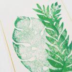 handbedruckte-postkarte-mit-briefumschlag-dschungel-blaetter-lovelysloth