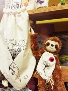 benny-mit-lovely-sloth-beutel-bei-saschas-hobbykiste
