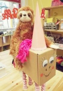 benny-mit-sahokie-maskotchen-lovely-sloth