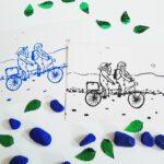 faultier-postkarte-faultiere-radtour-blau-und-schwarz-lovelysloth