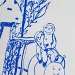 faultierpaar-auf-schnecke-blauer-druck-nah-lovelysloth
