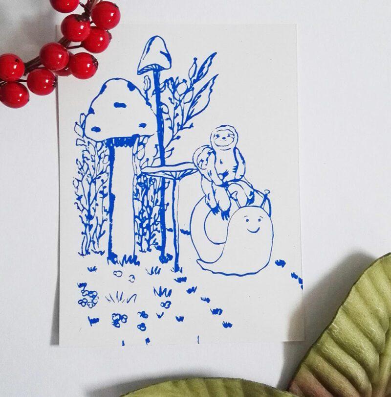 faultierpaar-auf-schnecke-blauer-druck-nahaufnahme-lovelysloth