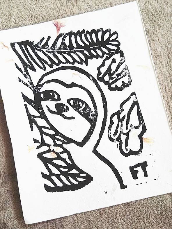 linoldruck-auf-blütenpapier-lovelysloth
