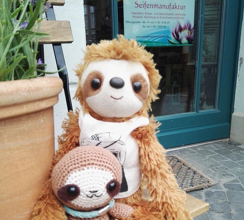 benny-und-vicky-autumn-von-lovely-sloth-vor-simones-seifenmanufaktur-braunschweig