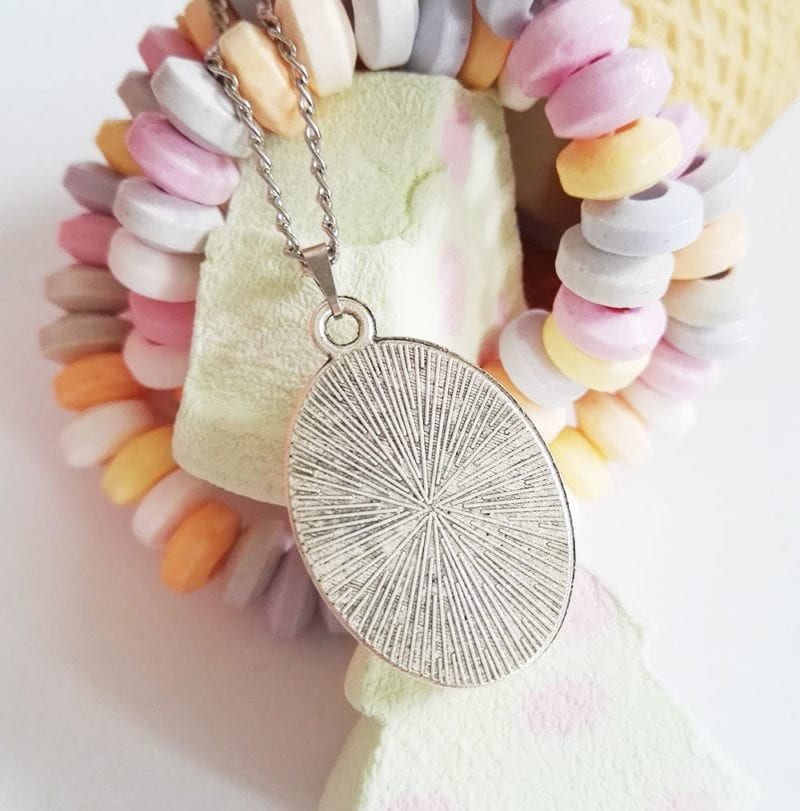 kinder halskette-oval-silberfarben-faultier-eis-sunny-rueckseite-lovelysloth