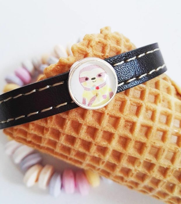 faultier-armband-faultier-sunny-mit-eis-pastellfarben-nah-lovelysloth