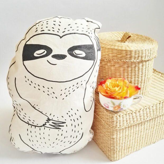 lovely-sloth-faultier-kuscheltier-kissen-koerbchen