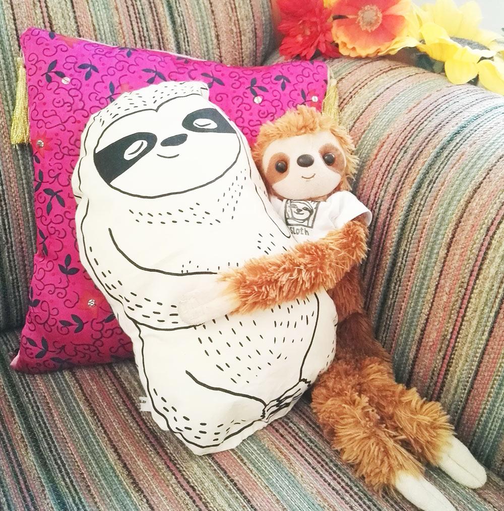 lovely-sloth-faultier-kuscheltier-kissen-mit-benny