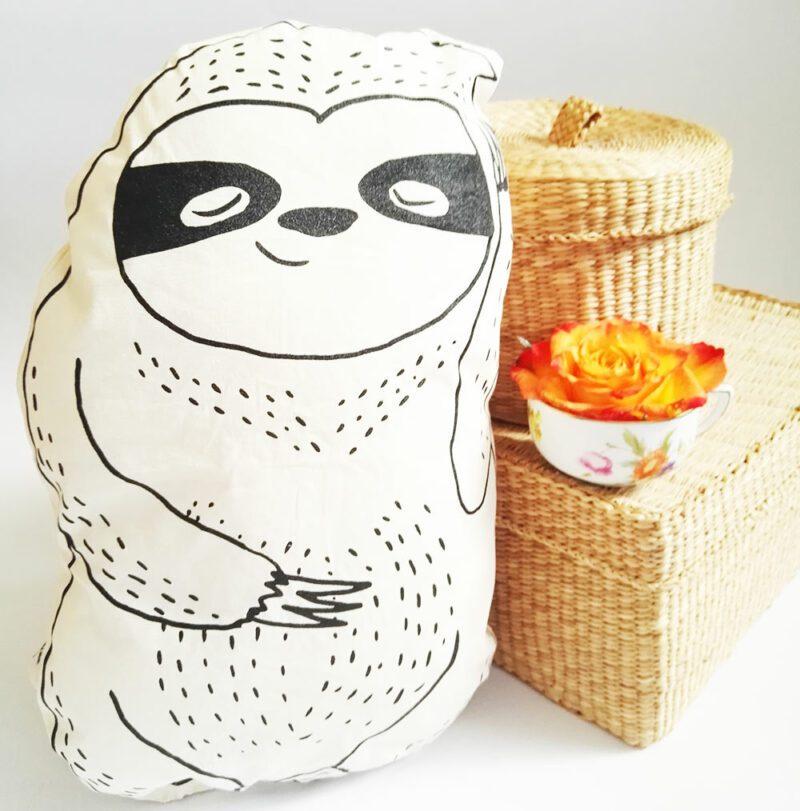 lovely-sloth-faultier-kuscheltier-kissen-mit-koerbchen