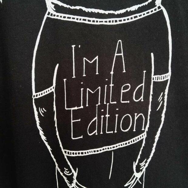 lovely-sloth-damen-shirt-schwarz-i-am-a-limited-edition-schriftzug